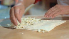 Cocinar el pan Pita con queso Preparación del rollo del lavash en restaurante almacen de metraje de vídeo