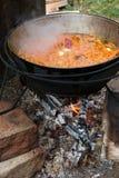Cocinar el pilaf en el fuego Fotos de archivo