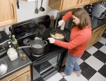 Cocinar el plato de las pastas Fotos de archivo libres de regalías