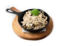 Cocinar el plato de pollo con la salsa blanca en la cacerola Foto de archivo