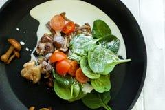 Cocinar el plato sabroso de la carne y de los tomates Imagen de archivo