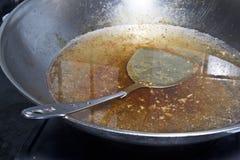Cocinar el pote, sevicio de mesa en plata fotos de archivo libres de regalías