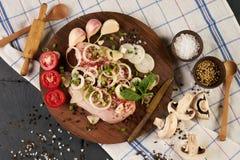 Cocinar el prendedero fresco del pollo con las verduras frescas Foto de archivo