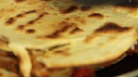 Cocinar el quesadilla de la patata dulce con el pimiento picante almacen de video