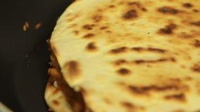 Cocinar el quesadilla de la patata dulce con el pimiento picante almacen de metraje de vídeo
