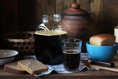 Cocinar en casa la cerveza de centeno del pan de centeno Imágenes de archivo libres de regalías