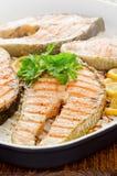 Cocinar en el país salmones frescos con perejil del limón Imagenes de archivo