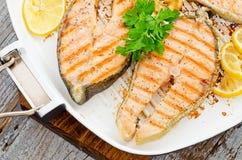 Cocinar en el país salmones frescos con perejil del limón Fotos de archivo