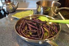 Cocinar habas Fotos de archivo