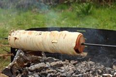 Cocinar kalacs de los kurtos en el fuego del campo Imagen de archivo libre de regalías