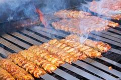Cocinar kebabs del cordero de Adana en la parrilla del estilo del restaurante imagen de archivo