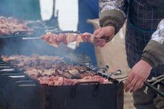 Cocinar kebabs en los carbones en el invierno Fotos de archivo