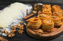 Cocinar kunafa tradicional turco del postre de los pasteles del Ramadán de los dulces