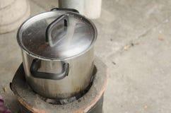 Cocinar la acción de sopa en estufa Imagenes de archivo