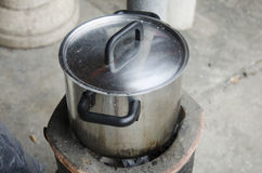 Cocinar la acción de sopa en estufa Fotografía de archivo libre de regalías