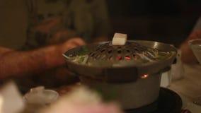Cocinar la barbacoa con el pollo en un restaurante en Thailang El brasero en el cual ustedes mismos cocinan en un restaurante almacen de metraje de vídeo