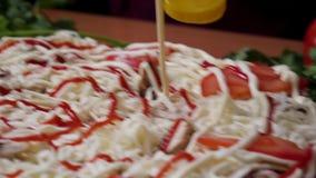 Cocinar la cámara lenta de la pizza Capítulo Fabricación de la pizza con queso, pasta de tomate, la salchicha y la mostaza El tra almacen de metraje de vídeo