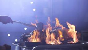 Cocinar la carne en el fuego almacen de video