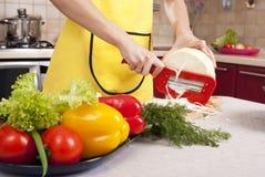 Cocinar la cena Fotos de archivo