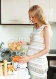 Cocinar la cocina de las verduras en casa fotografía de archivo libre de regalías