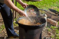 Cocinar la comida en el bosque Fried Rice Imagen de archivo libre de regalías
