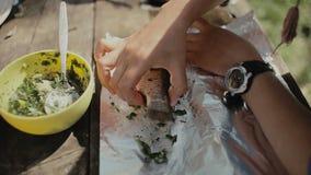 Cocinar la comida en una hoguera en vida del forestCamp traveling almacen de video