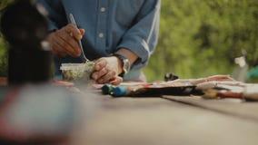Cocinar la comida en una hoguera en vida del forestCamp traveling almacen de metraje de vídeo