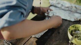 Cocinar la comida en una hoguera en vida del forestCamp traveling metrajes