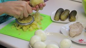 Cocinar la ensalada de la carne con los huevos, las patatas, los pepinos y los guisantes almacen de metraje de vídeo