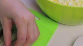 Cocinar la ensalada de la carne con los huevos, las patatas, los pepinos y los guisantes metrajes
