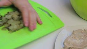 Cocinar la ensalada de la carne con los huevos, las patatas, los pepinos y los guisantes almacen de video