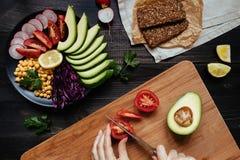 Cocinar la ensalada sana con el garbanzo y las verduras Concepto sano del alimento Comida del vegano Dieta vegetariana imágenes de archivo libres de regalías