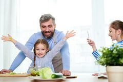 Cocinar la ensalada vegetal con el papá imagen de archivo libre de regalías