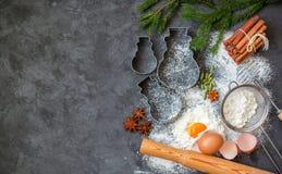 Cocinar la hornada de la Navidad Ingredientes para la pasta y las especias en la tabla Harina, huevos, palillos de canela, cardam Imágenes de archivo libres de regalías