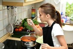 Cocinar a la muchacha imagenes de archivo