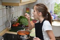 Cocinar a la muchacha imagen de archivo libre de regalías
