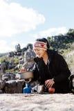 Cocinar a la mujer del caminante Foto de archivo libre de regalías