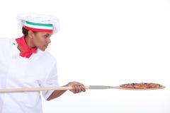 Cocinar la pizza Foto de archivo libre de regalías