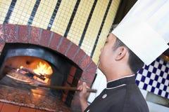 Cocinar la pizza Imagenes de archivo