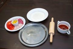 Cocinar la pizza Imagen de archivo libre de regalías