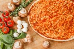 Cocinar la pizza con las verduras frescas Los ingredientes alimentarios se cierran para arriba foto de archivo libre de regalías