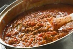 Cocinar la salsa boloñesa Fotos de archivo libres de regalías