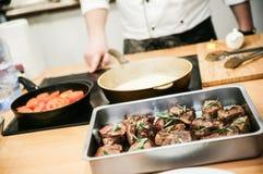 Cocinar la salsa prepearing del profesor para la carne Fotografía de archivo libre de regalías