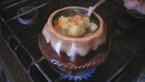 Cocinar la sopa con el pollo y las setas en potes almacen de metraje de vídeo