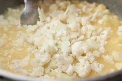 Cocinar la sopa con las coliflores Fotografía de archivo