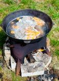 Cocinar la sopa de Chorba en Kazan Imagen de archivo