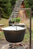 Cocinar la sopa en una caldera en un fuego abierto Fotos de archivo libres de regalías