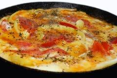 Cocinar la tortilla de huevos en sartén Foto de archivo libre de regalías