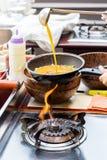 cocinar la tortilla en cacerola Imagen de archivo