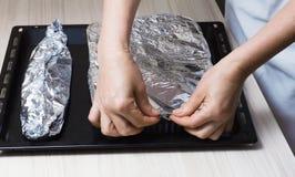 Cocinar la trucha en hoja Foto de archivo libre de regalías
